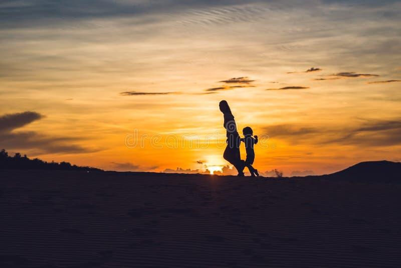 Geeignete Mutter mit dem Sohn, der an der Wüste in Gran Canaria, Maspa läuft lizenzfreie stockbilder