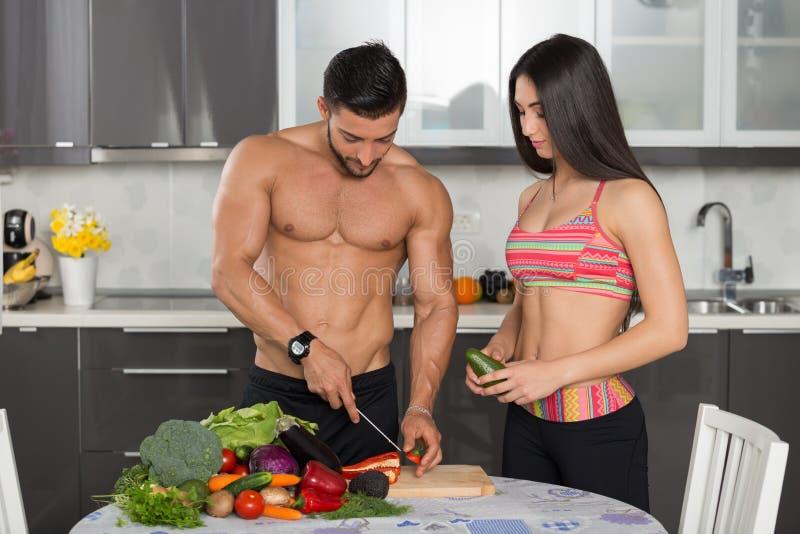 Geeignete Paare der Junge in der Küche stockfoto