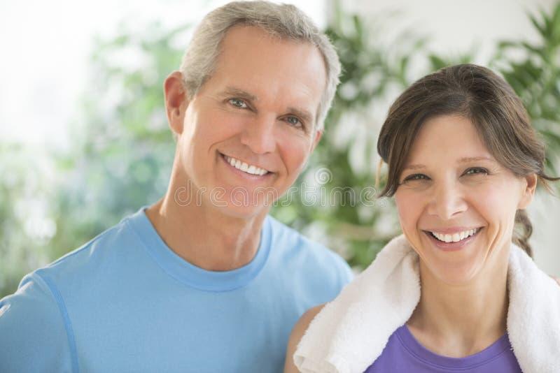 Geeignete Paare, die draußen lächeln lizenzfreie stockfotos