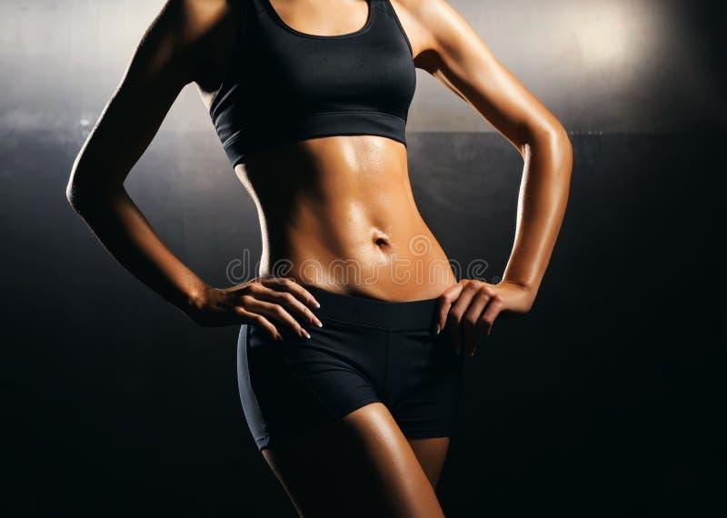 Geeigneter Körper des schönen, gesunden und sportlichen Mädchens Dünne Frau, die in der Sportkleidung aufwirft stockbild