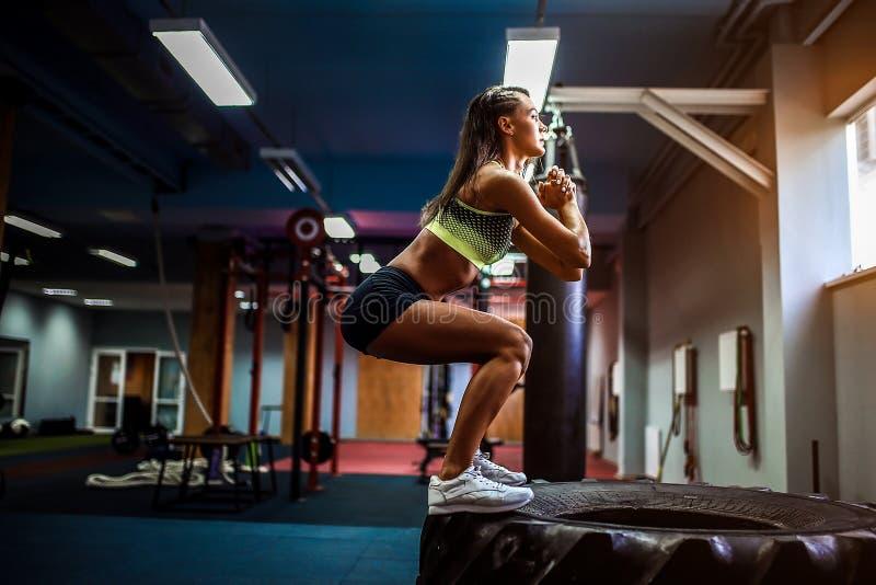 Geeigneter Kasten der jungen Frau, der an einer crossfit Art springt stockfoto