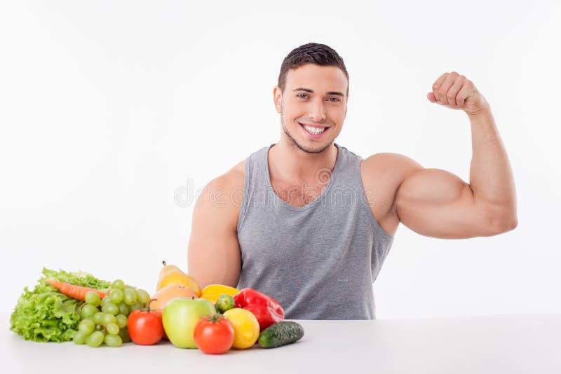 Geeigneter Mann der attraktiven Junge bevorzugt gesundes Lebensmittel lizenzfreies stockbild