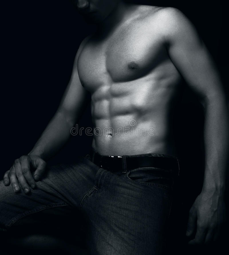 Geeigneter Mann mit den sexy ABS-Muskeln stockbilder