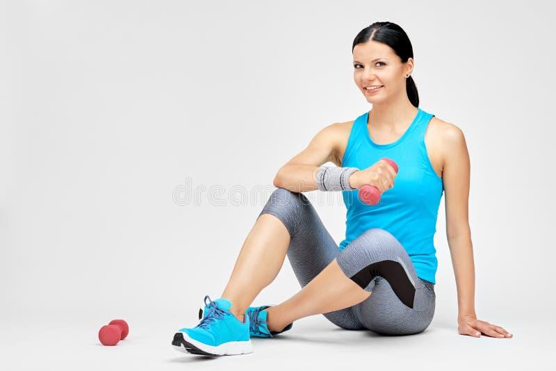 Download Geeignetes Frauenfrauentraining Mit Dummkopf An Der Turnhalle Stockfoto - Bild von eignung, glücklich: 96934202