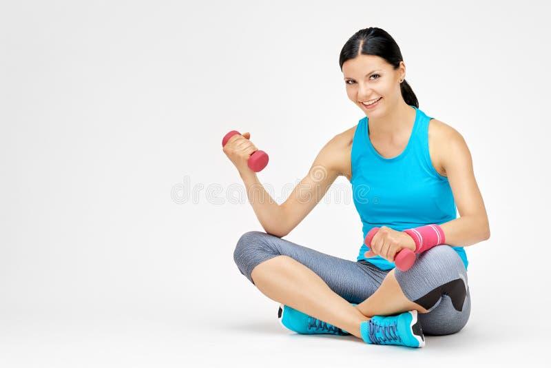 Download Geeignetes Frauenfrauentraining Mit Dummkopf An Der Turnhalle Stockfoto - Bild von gesundheit, training: 96934300