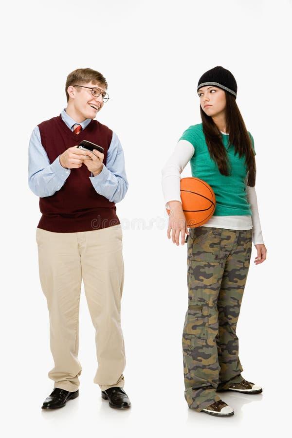 Geek och flicka med basket arkivfoton