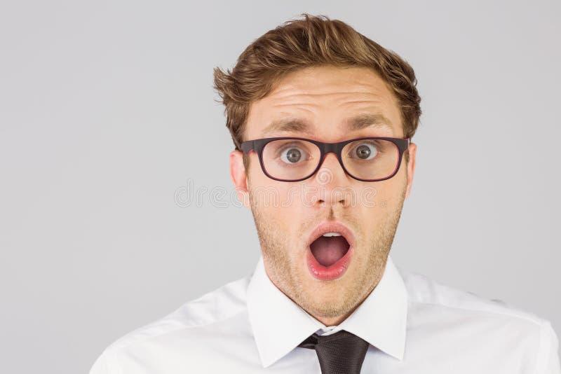 Geeky biznesmen patrzeje kamerę obraz stock