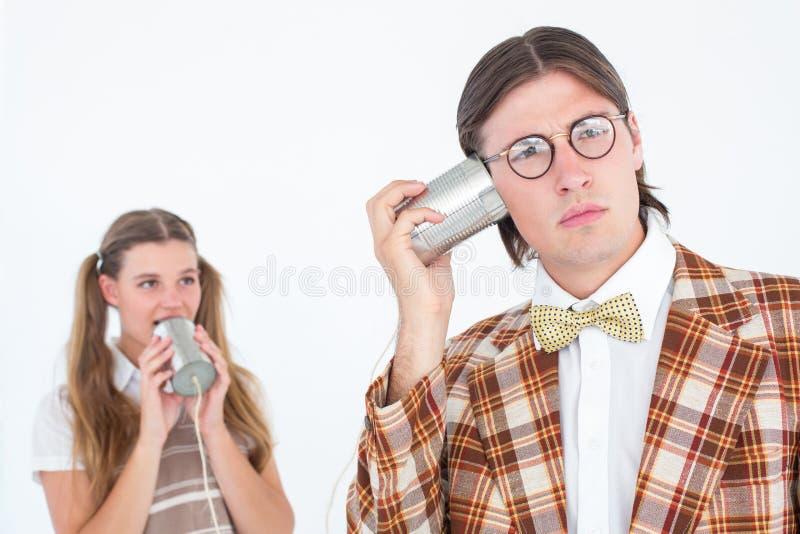 Geeky Hippies, die Schnurtelefon verwenden stockfoto