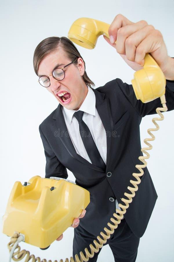 Geekyzakenman die en omhoog de telefoon hangen schreeuwen stock afbeeldingen