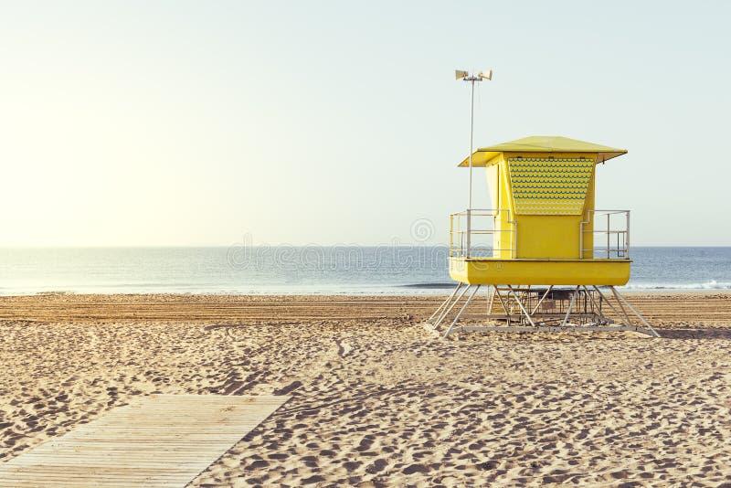 Geel badmeesterhuis op het strand royalty-vrije stock foto
