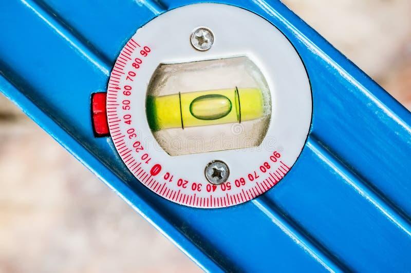 Geel bellenniveau op blauwe achtergrond met het knippen van weg Een hulpmiddel om oppervlakten te nivelleren royalty-vrije stock afbeelding