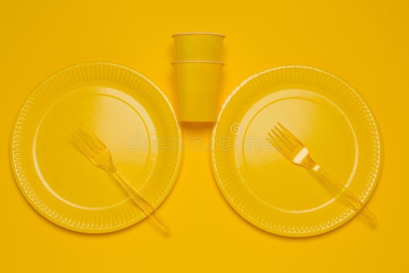 Geel beschikbaar vaatwerk op een gele achtergrond royalty-vrije stock foto