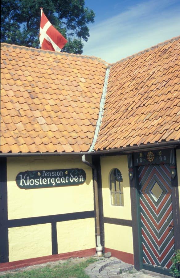 Geel betimmerd huis in Deense stad Svaneke, Bornholms in Denemarken royalty-vrije stock fotografie