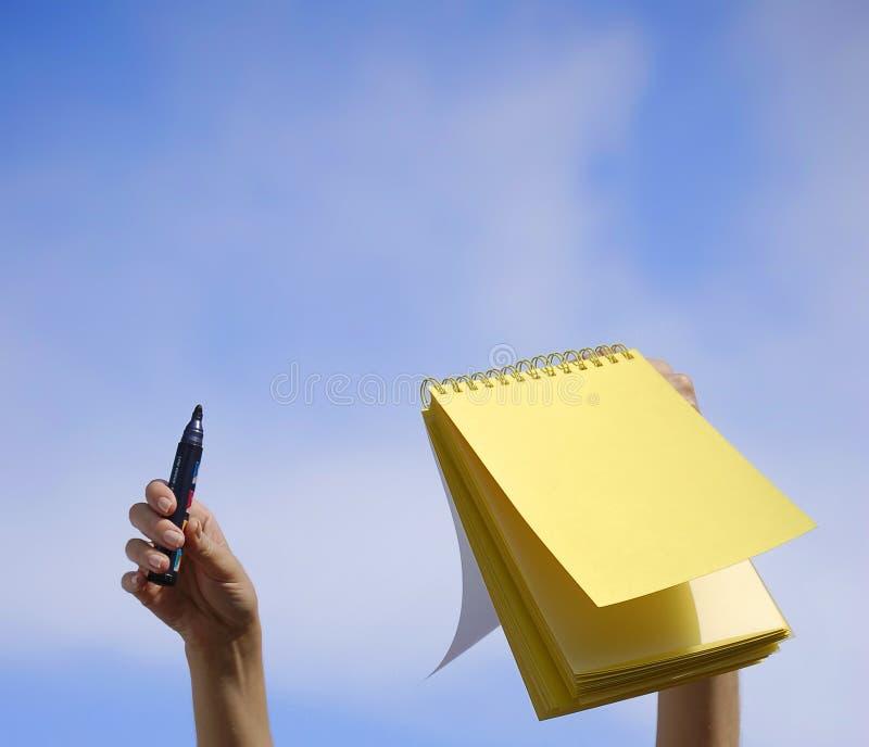 Geel boek in een blauwe hemel royalty-vrije stock afbeelding