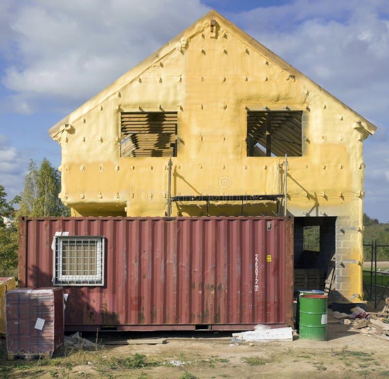 Geel bouwschuim op huismuur stock afbeelding
