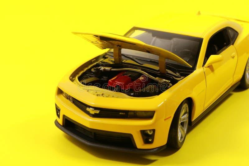 Geel Chevrolet Camaro Stervormig model stock afbeelding