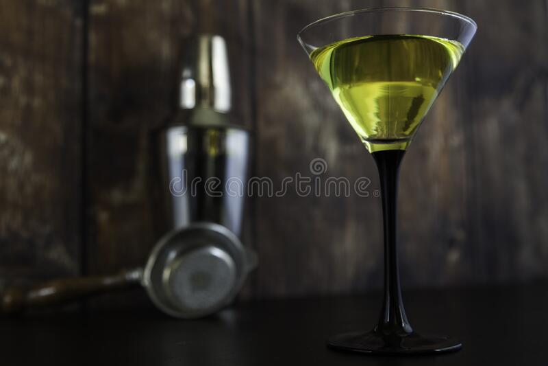 Geel cocktailglas en cocktailgereedschap royalty-vrije stock afbeeldingen