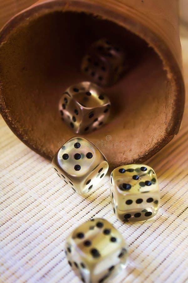 Geel dobbel kubussen met het spelen van reeks stock afbeelding