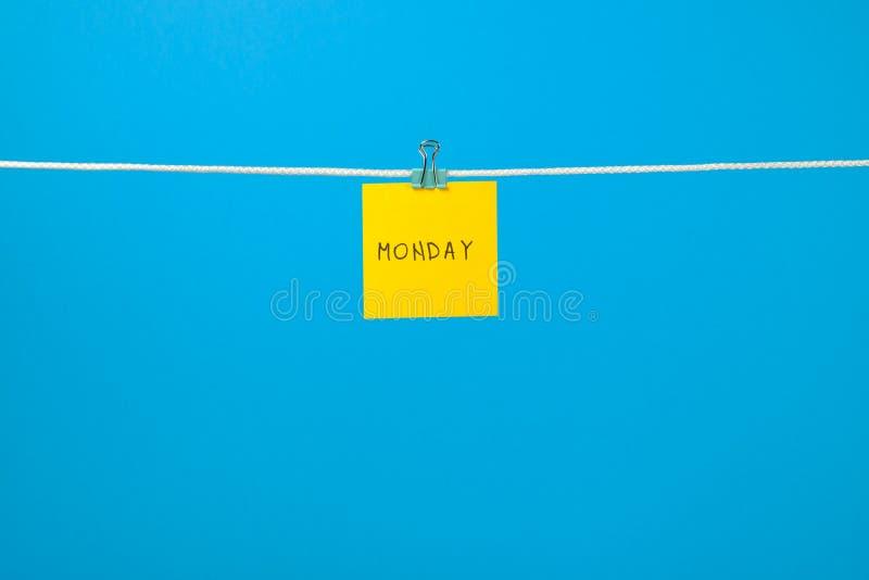 Geel document blad op het koord met tekstmaandag stock fotografie