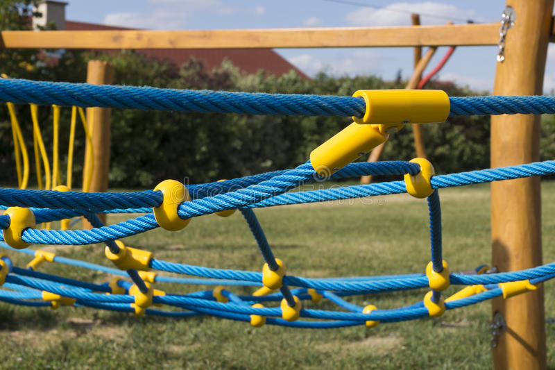 Geel en blauw kabel-beklimmend kader stock foto's