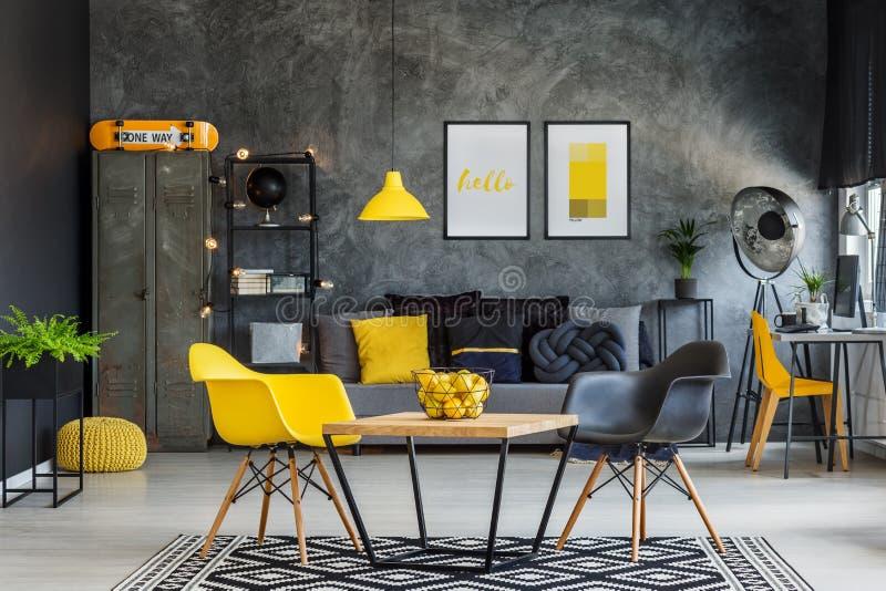 Geel en grijs industrieel bureau stock afbeelding