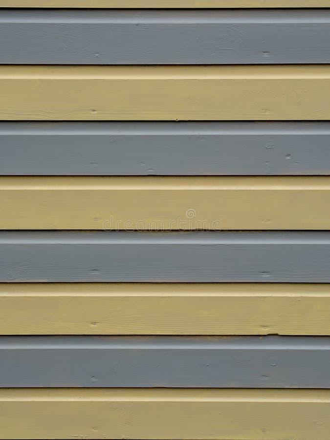 Geel en grijs polijst geschilderde horizontale strepen van hout, van oude strandhut Grungy beetje Achtergrond stock foto