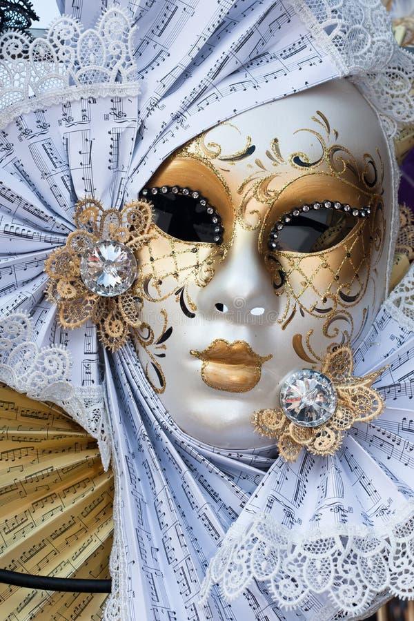 Geel en wit Venetië Carnaval masker royalty-vrije stock fotografie