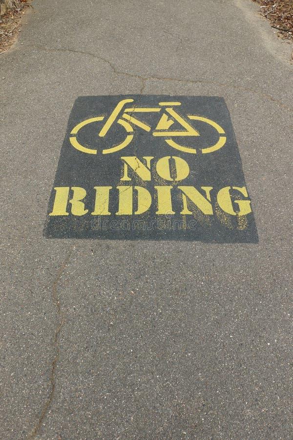 Geel en zwarte schilderde Geen Fiets Berijdend teken op asfaltpedestri stock afbeeldingen