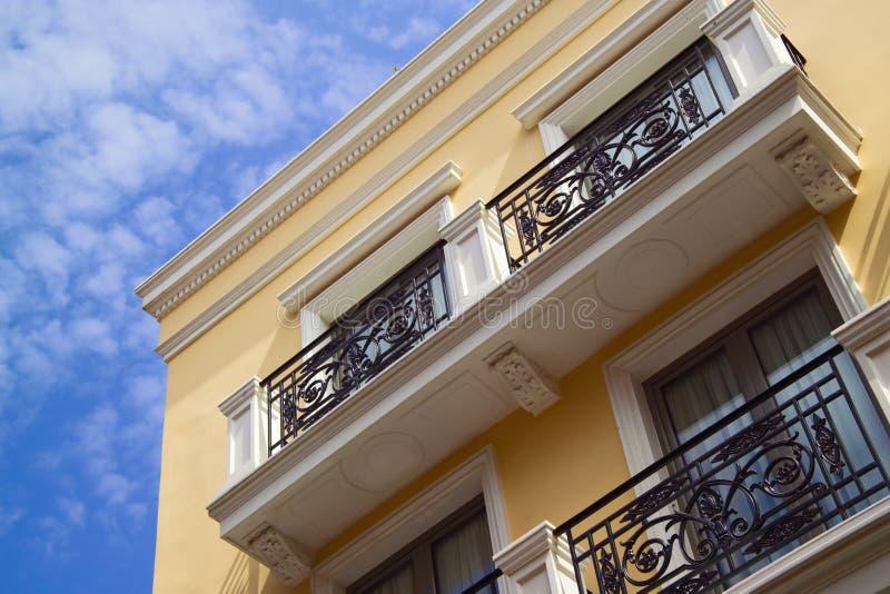 Geel flatgebouw, blauwe hemel stock foto