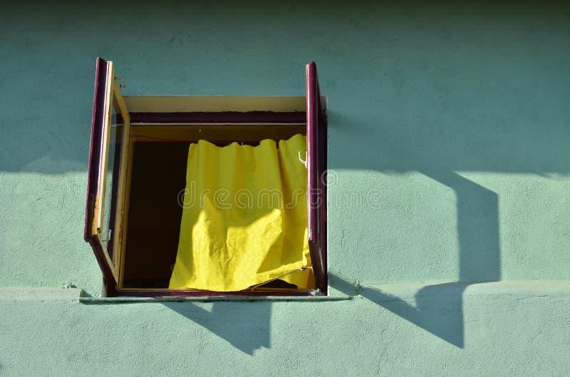 Geel gordijn stock foto