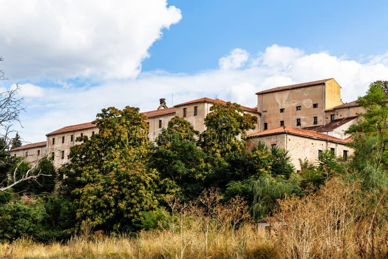 Geel gras, rode boom en oude huizen dichtbij de eresmarivier op eind van de Zomer, Segovia, Spanje royalty-vrije stock afbeelding