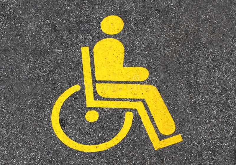 Geel handicapteken in een parkeren royalty-vrije stock foto