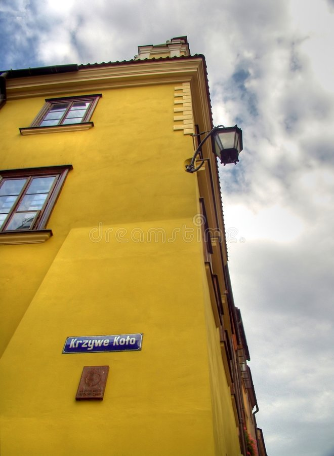 Geel huis bij straathoek stock afbeeldingen