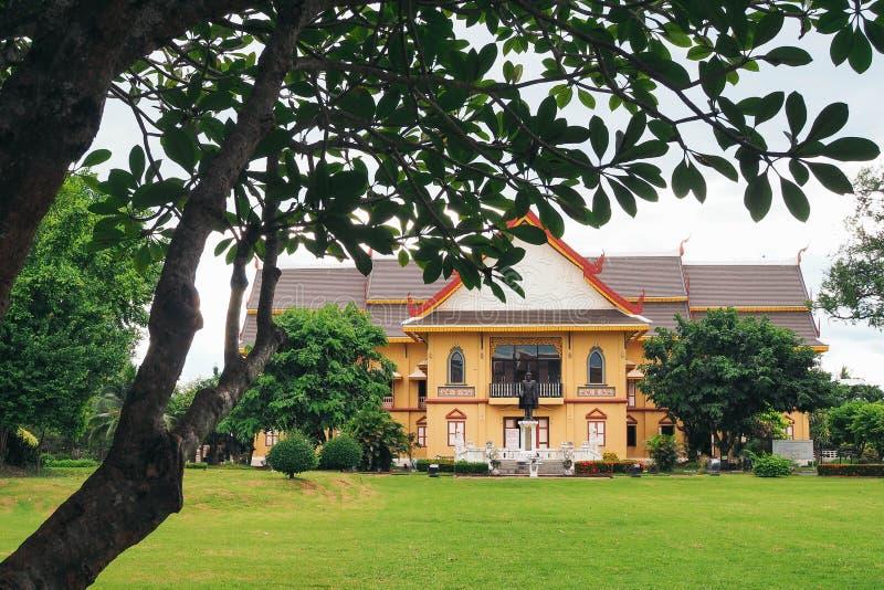 Geel huis in de tuin royalty-vrije stock afbeelding