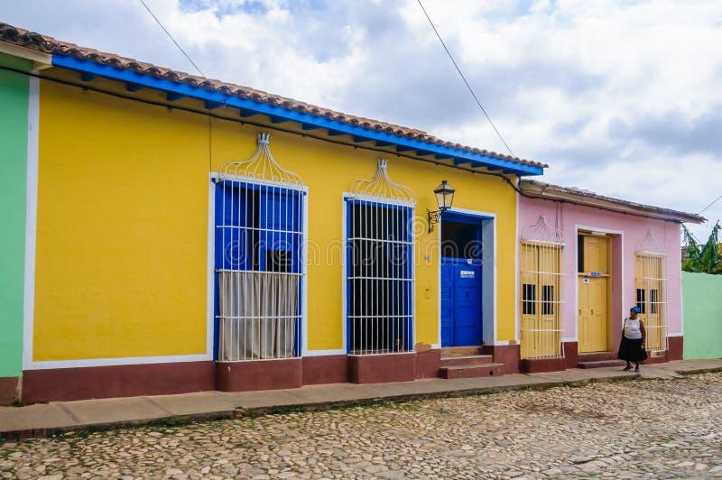 Geel huis met blauwe deur en vensters in Trinidad, Cuba royalty-vrije stock foto's