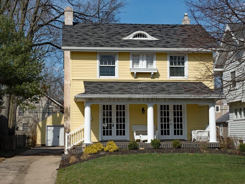 Geel Huis met Columned Portiek royalty-vrije stock afbeeldingen
