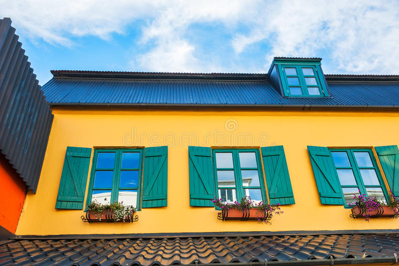 Geel huis met groene vensters royalty-vrije stock fotografie