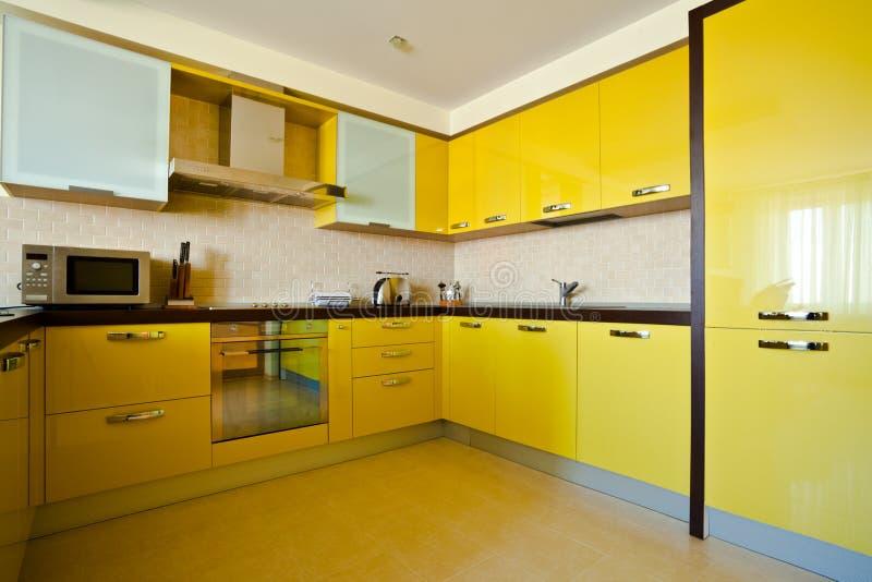 Geel keukenbinnenland royalty-vrije stock afbeeldingen
