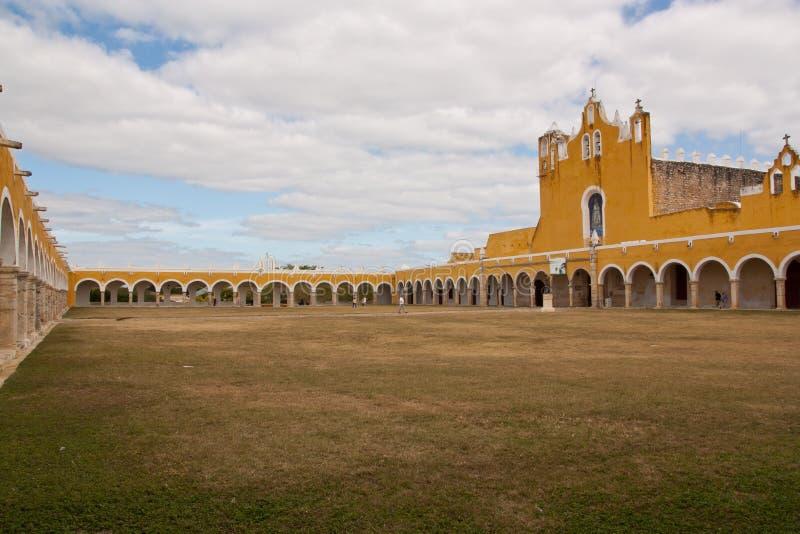 Geel klooster in Izamal stock fotografie