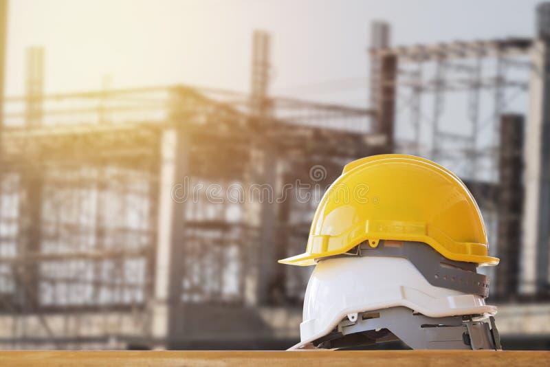 geel met witte veiligheidshelm op lijst in bouw stock foto