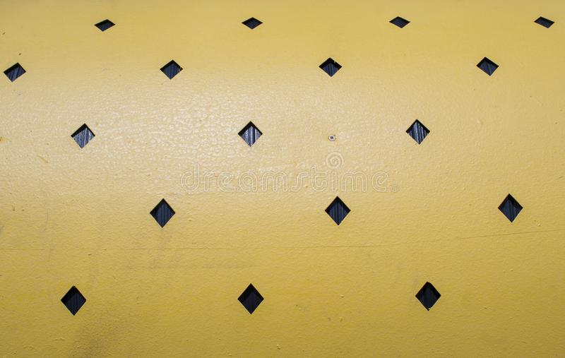 geel metaal met gekubeerde zwarte vormenachtergrond royalty-vrije stock fotografie