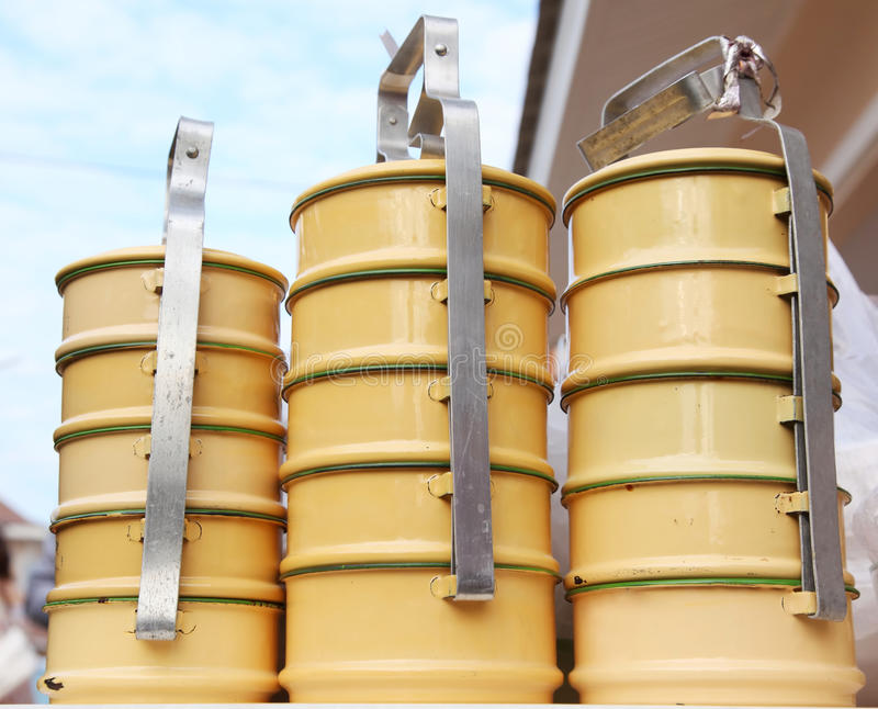 Geel metaal Tiffin, Thaise voedselcarrier stock foto