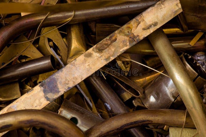Geel metaal van messing resten van messingsverwerking na ponsen het close-up van messingsdetails royalty-vrije stock afbeelding