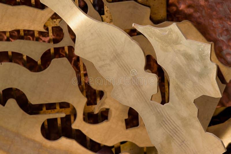 Geel metaal van messing resten van messingsverwerking na ponsen Weefsel achtergrond royalty-vrije stock foto