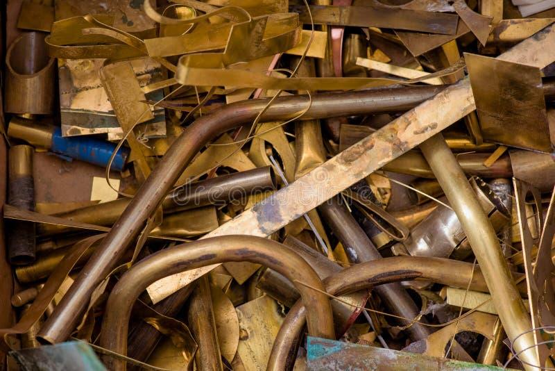 Geel metaal van messing resten van messingsverwerking na ponsen Weefsel achtergrond messingsdetails royalty-vrije stock fotografie