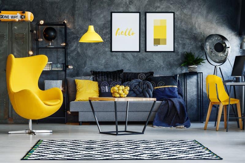 Geel meubilair in woonkamer stock afbeeldingen