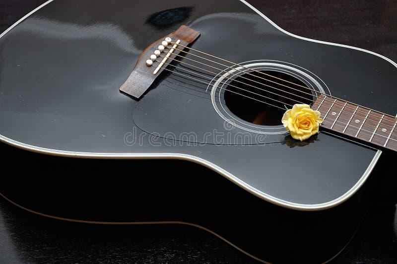 Geel nam getoond met een gitaar toe stock fotografie