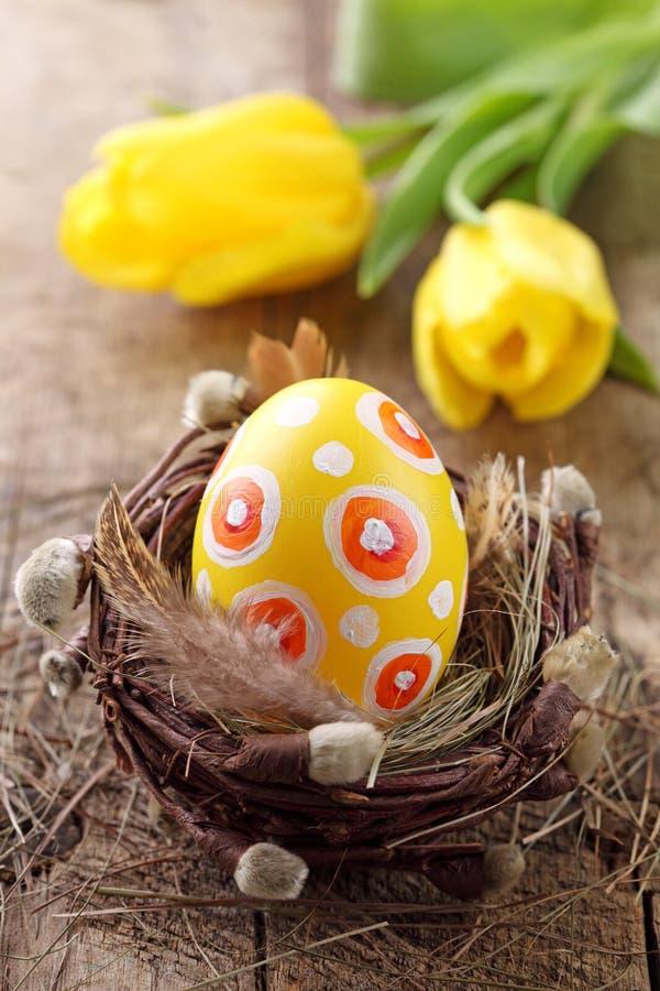Geel paasei in nest royalty-vrije stock afbeeldingen