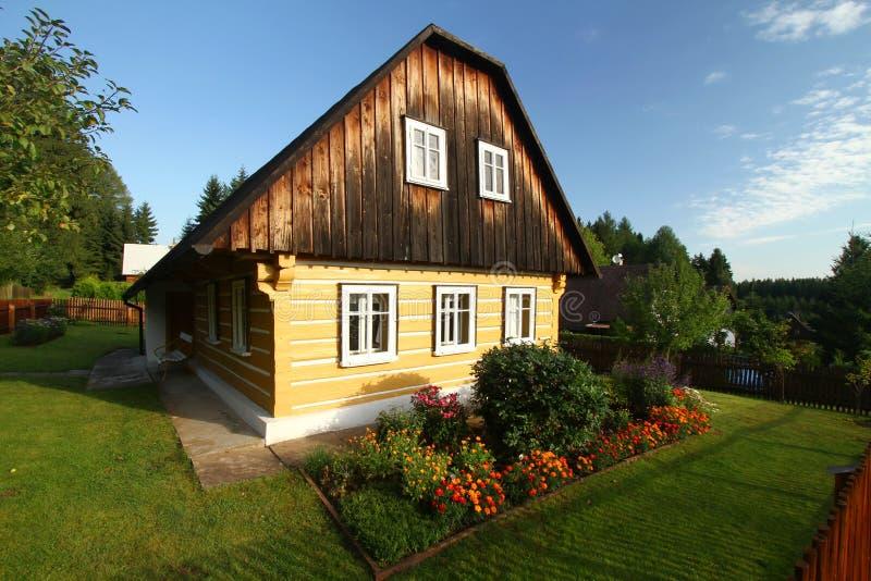 Geel plattelandshuisje stock fotografie
