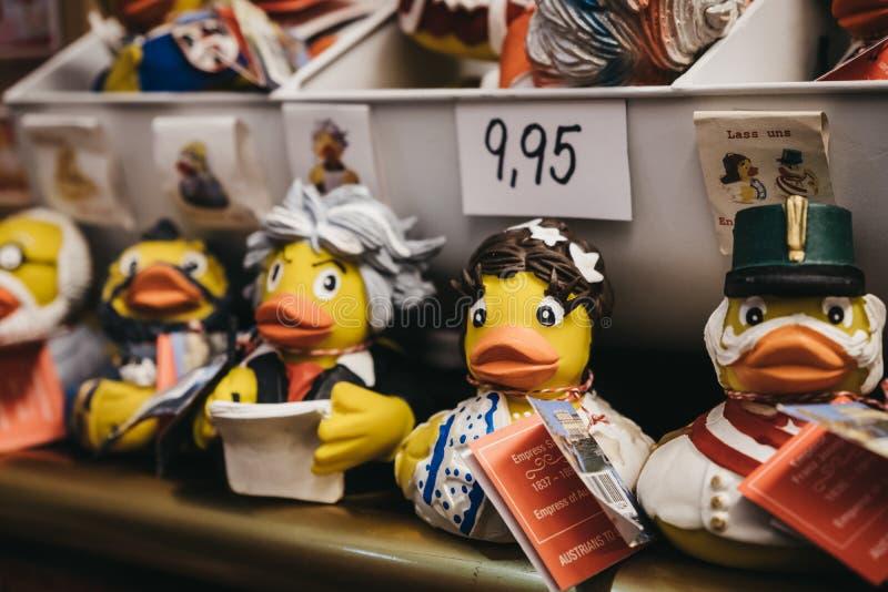 Geel rubbereendspeelgoed in beroemde Oostenrijkse 'uitrustingen op verkoop in Wenen, Oostenrijk royalty-vrije stock foto